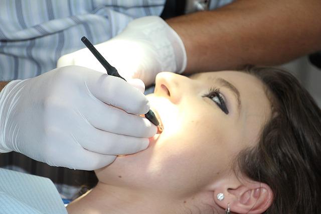 רופא שיניים לילדים: מתי מתחילים בדיקות שיניים
