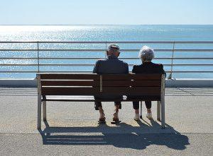 מטפלת בבית או בית אבות? יתרונות וחסרונות